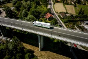Ciężarówka w barwach JAS-FBG na wiadukcie przy granicy czeskiej.
